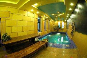 Снять коттедж на 120 человек с бассейном и банкетным  залом с камином